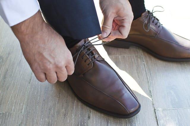 靴紐を結ぶビジネスマン