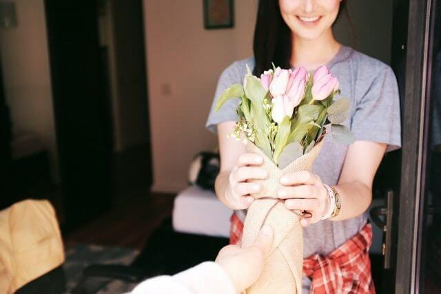 女性に花束を渡している写真