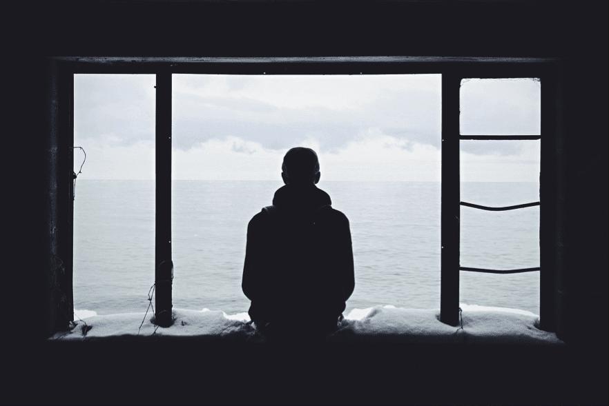 海を眺める定年を迎える男性が一人の風景