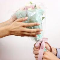 女性に花をプレゼント