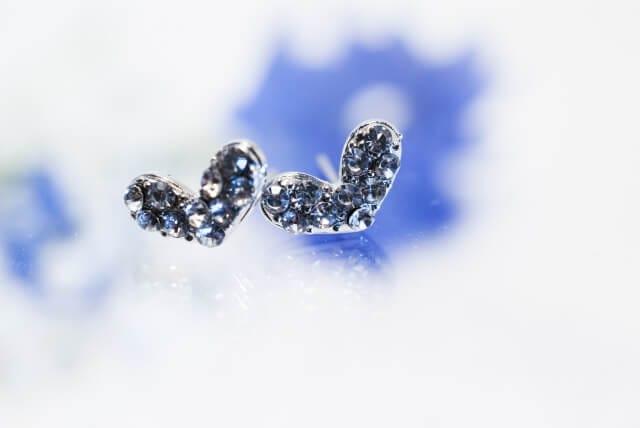 薄いブルーの色が入ったハート型のキラキラしたピアス1組