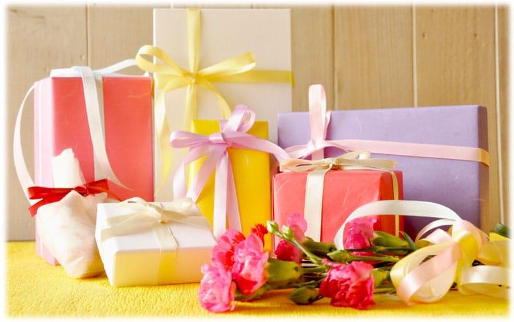 ピンクや紫などカラフルな色をした複数のプレゼントボックス