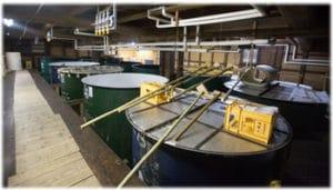 酒屋の中で大きな酒樽などが置いてある醸造をする場所