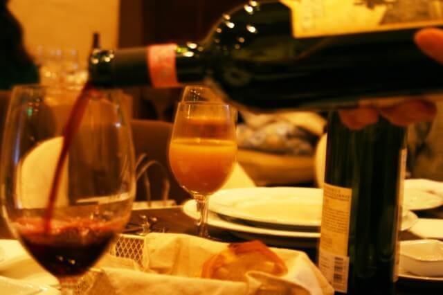 Χύνοντας κρασί
