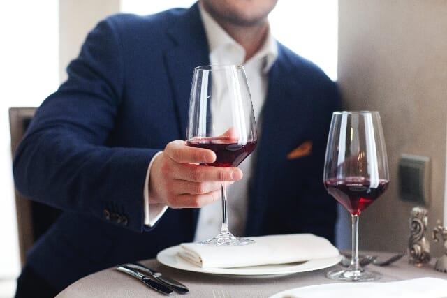 Άνδρες που απολαμβάνουν κρασί
