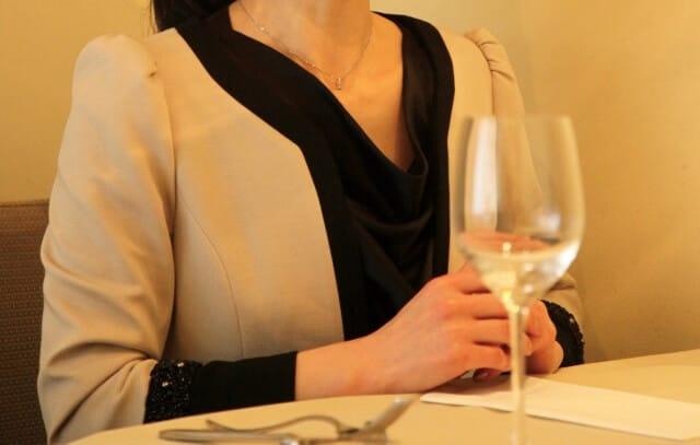 Μια γυναίκα που απολαμβάνει κρασί