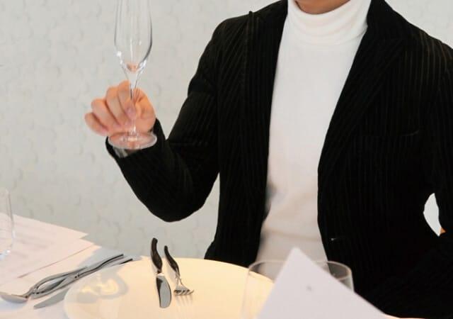 ワイングラスを持つ男性