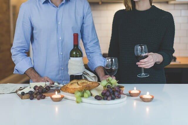 食事とワインを楽しむ男女