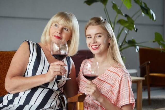ワインを楽しむ二人の女性