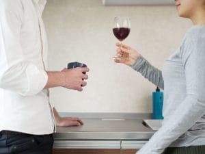 ワインを持つ男女