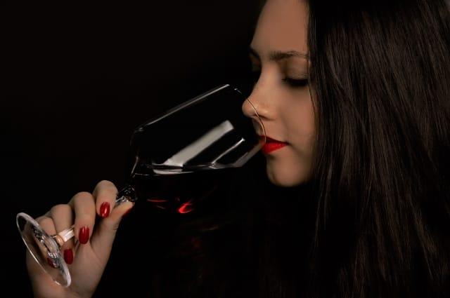Γυναίκα που πίνει κρασί