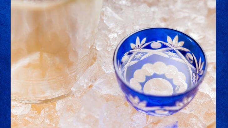 氷でガラスのおちょこに入った日本酒を冷やす