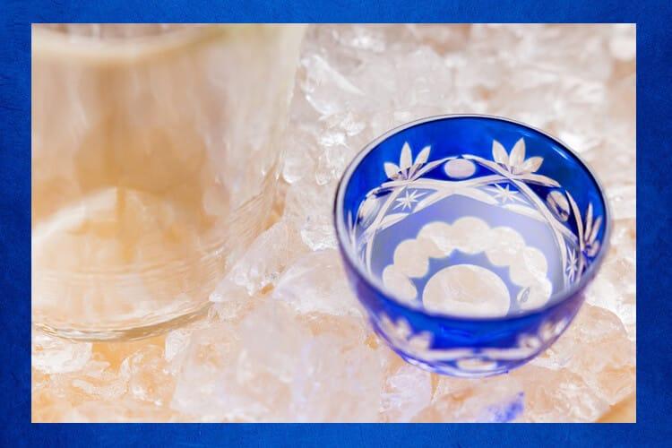 Ψύξτε το σαλάκι στο ποτήρι με πάγο