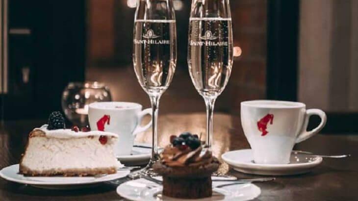ケーキなどのデザートとシャンパン