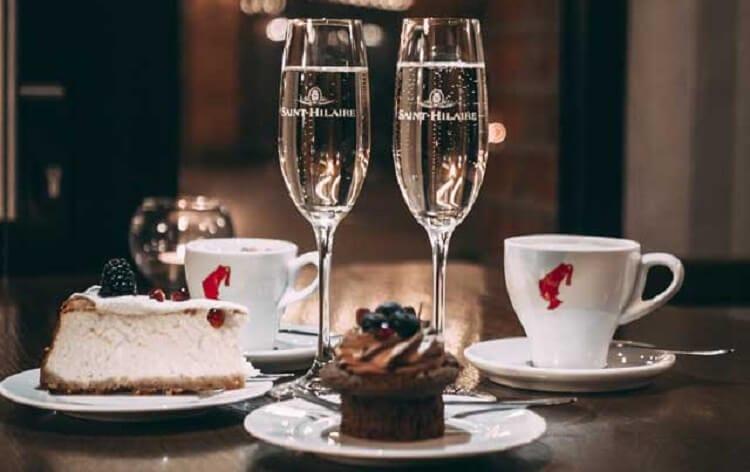 Επιδόρπια όπως κέικ και σαμπάνια