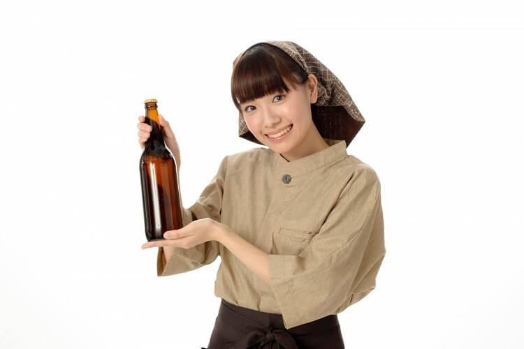 日本酒を勧める居酒屋店員