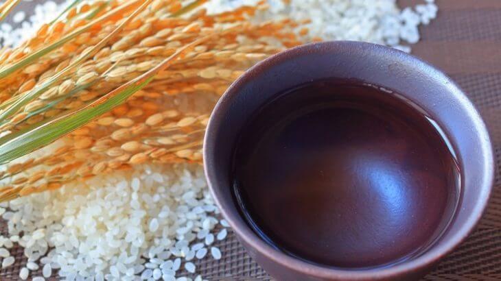 お米とおちょこに入った日本酒