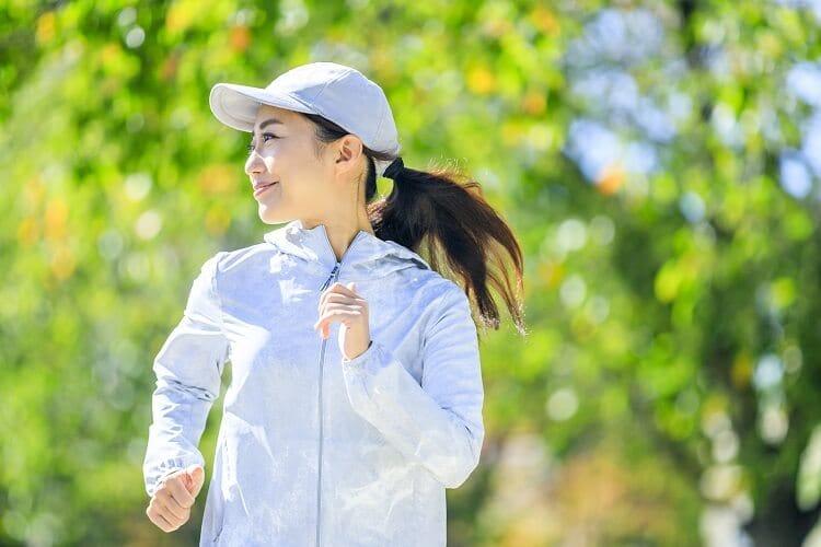 Γυναίκα που τρέχει έξω