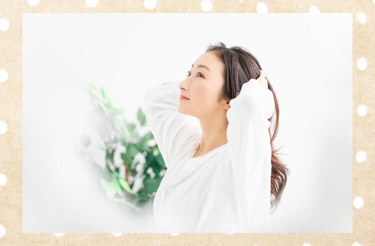 Γυναίκα που αγγίζει τα μαλλιά