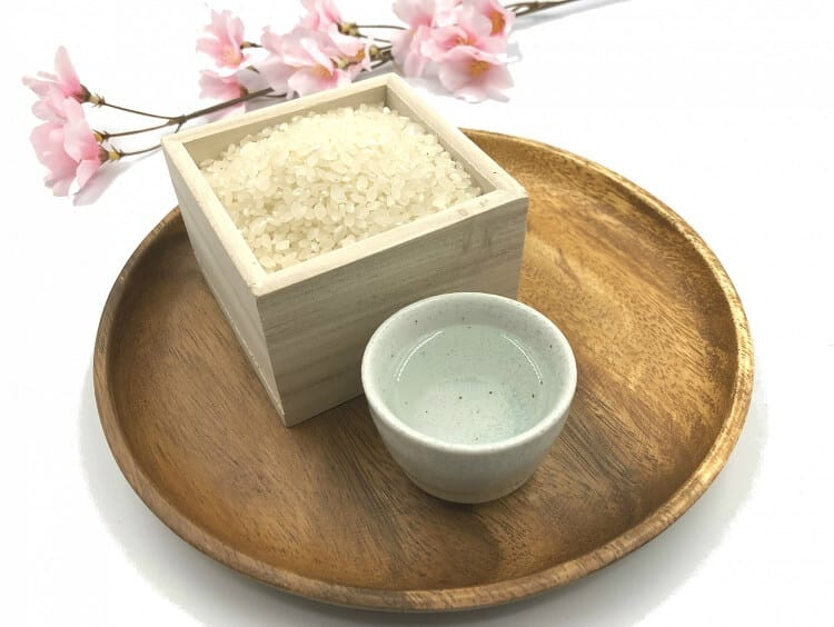 枡に入った米とおちょこに入った日本酒