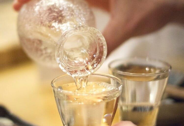 Χύστε το σαλάκι σε ένα ποτήρι