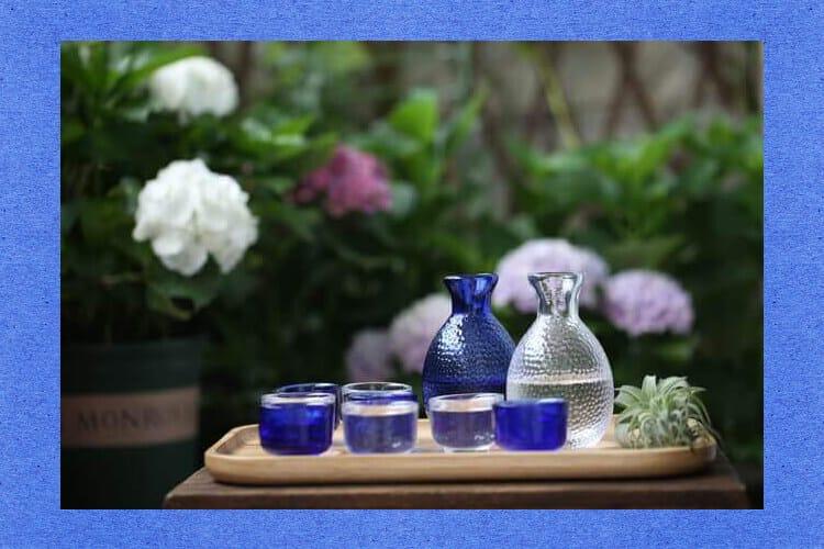 Μπλε και διαφανές κομψό γυάλινο μπουκάλι