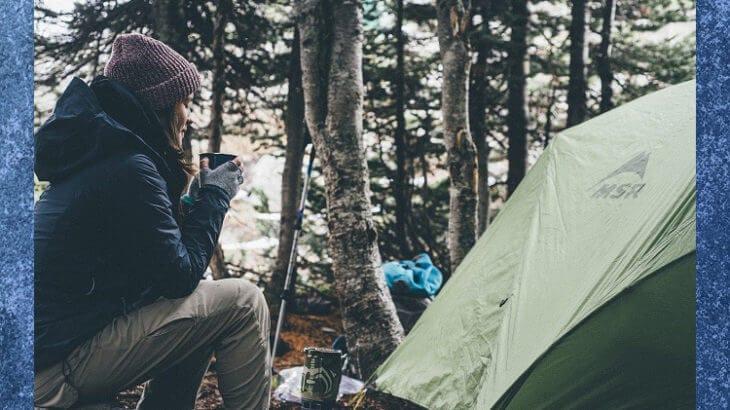 一人でキャンプする女性