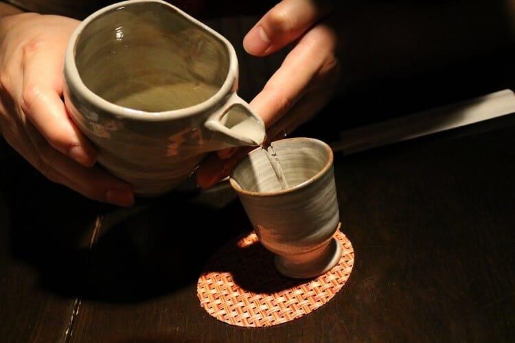 日本酒をつぐ