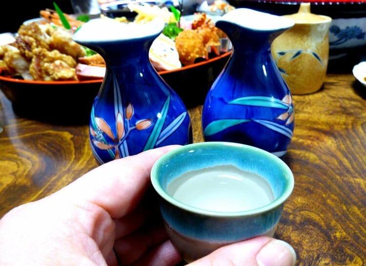 居酒屋で日本酒を飲む