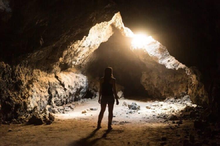 洞窟の中の女性