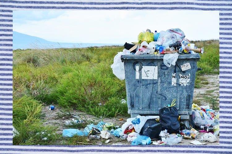 Mucchio di rifiuti abbandonati