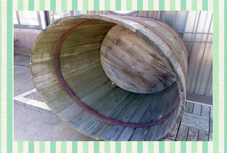 Μεγάλο άδειο ξύλινο δοχείο