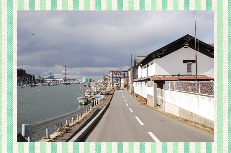 Το ειδυλλιακό τοπίο μιας πόλης δίπλα στη θάλασσα