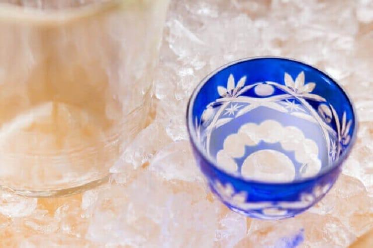 日本酒が入ったおちょこを氷で冷やす