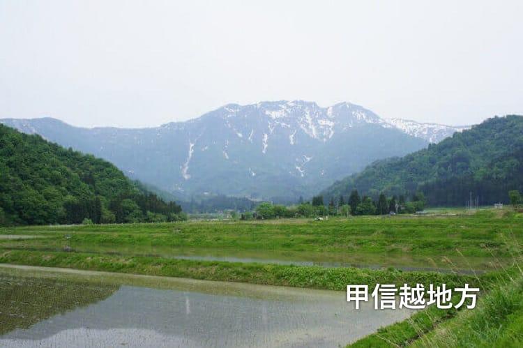 Ένα ορισμένο βουνό και ορυζώνα στην περιοχή Koshinetsu