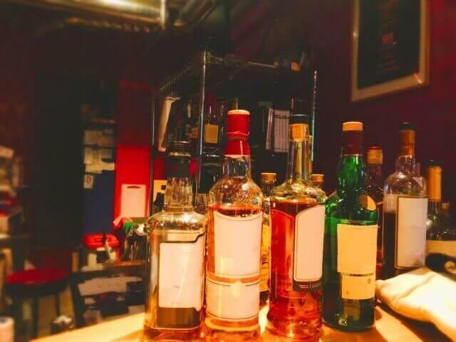 テーブルに置かれたたくさんのお酒