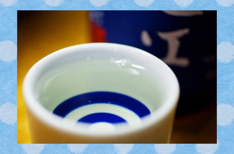 おちょこに入った日本酒のクローズアップ写真