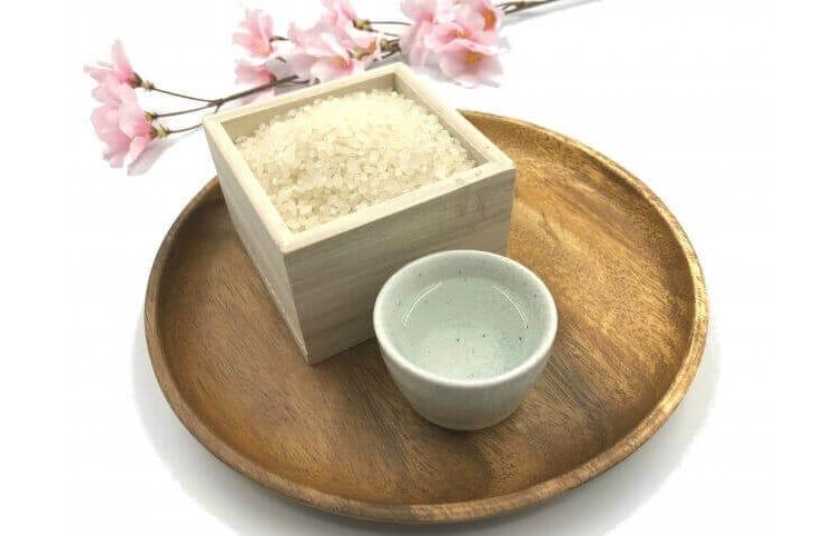 Ρύζι και σακέ σε μια λεκάνη, άνθη κερασιού στο τέλος