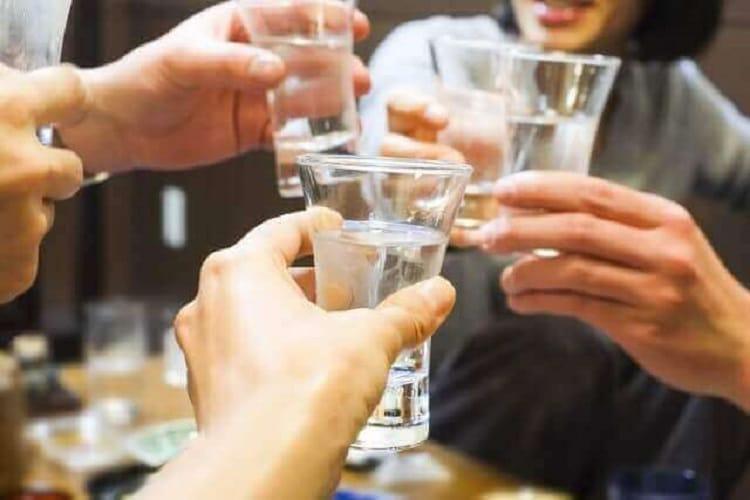 Οι άνθρωποι φτιάχνονται με ένα ποτήρι σακέ για ένα ποτό