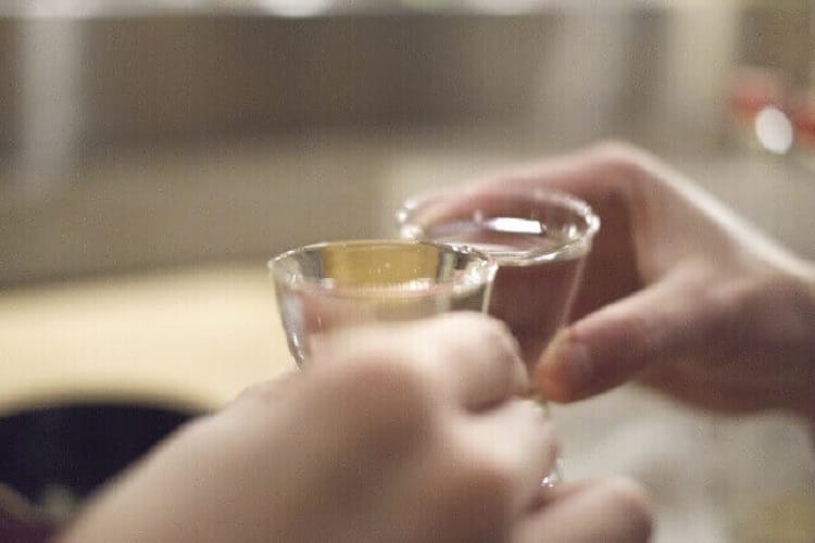 日本酒をグラスで乾杯
