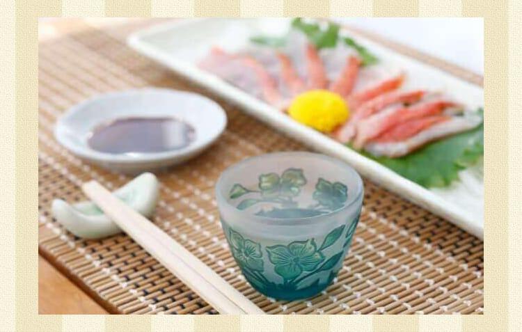 刺身とグラスに入った日本酒