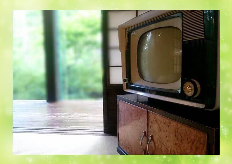 昭和時代のテレビと畳の部屋