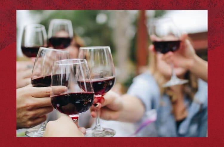 ワインで乾杯する様子