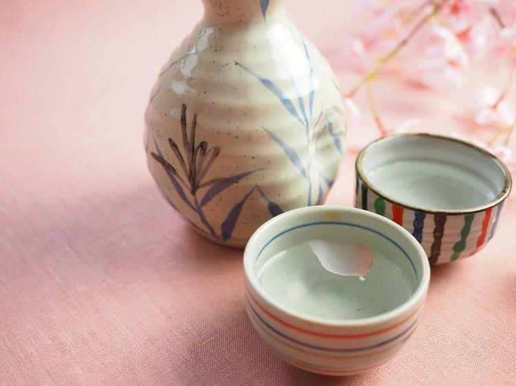 2つのおちょこと徳利(背景はピンクで春のイメージ)