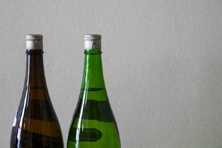 2本の日本酒の瓶の上部