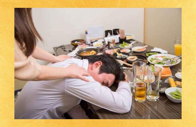 Ένας άνθρωπος που παίρνει μεθυσμένος και κοιμάται σε τραπέζι μπαρ