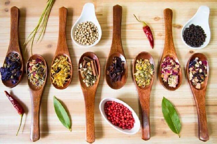 スプーンや皿に入れられた様々なスパイス