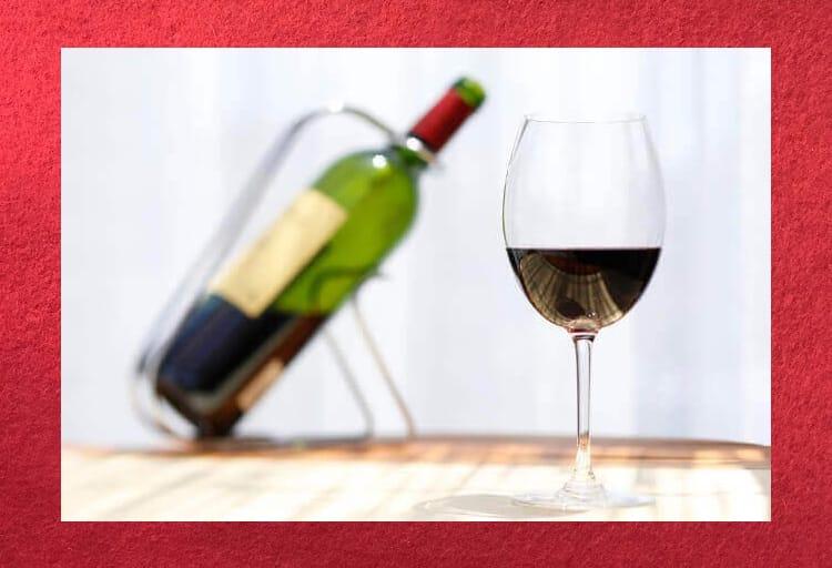 ワインのボトルとグラスに注がれた赤ワイン