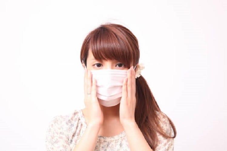 マスクをつけて真顔の女性